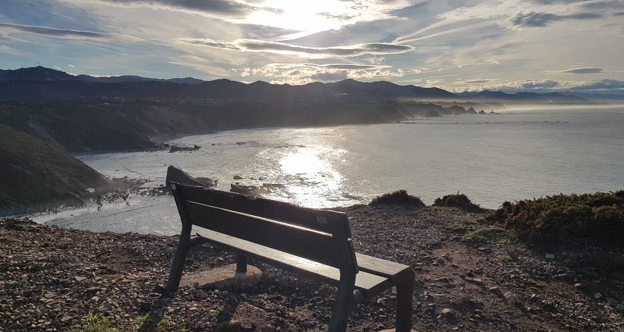 Atardecer en lo alto de la playa de Peña Doria, camino del faro de Cabo Vidio