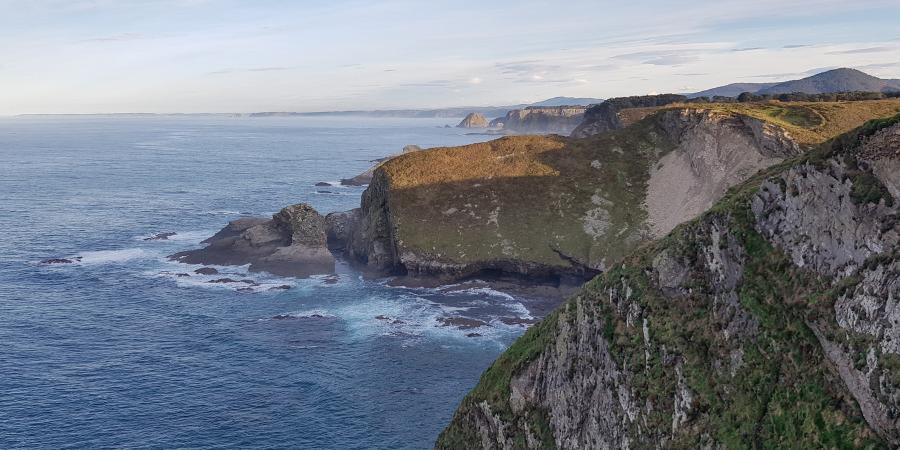 Desde el faro de Cabo Vidio, acantilados hacia el centro de Asturias, con el Cabo Peñas al fondo