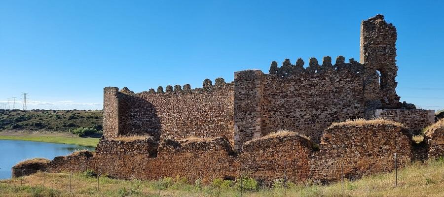 Detalle del paño sur del Castillo de Castrotorafe, el mejor conservado. Presa de Ricobayo sobre el Esla, Zamora
