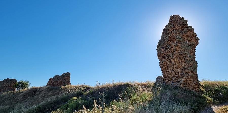 Piedras en pie de la muralla de Castrotorafe, Zamora