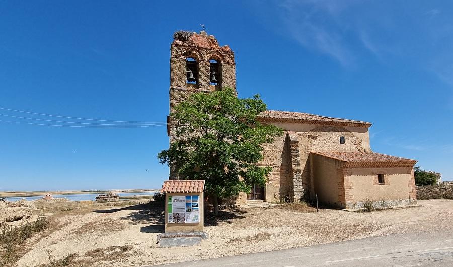 Iglesia abandonada de San Martín de Tours en Otero de Sariegos, con la Salina Grande al fondo