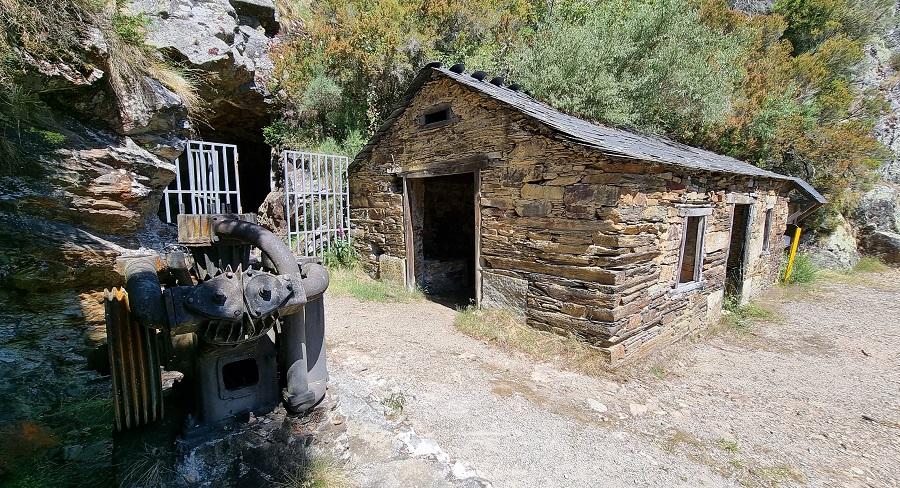 Acceso a Mina Carmina, con la verja de las galerías abierta a las visitas y la cuadra-forja