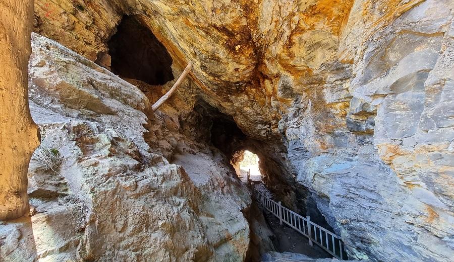 Pasadizo que da acceso al conjunto de galerías de Mina Carmina y galería superior, con el mirador al fondo